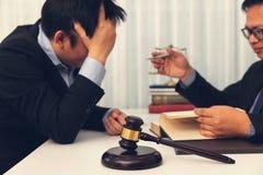 Conceitos da lei, do advogado e do homem de negócios discutindo o contrato e os papéis de negócio fotos de stock royalty free