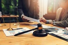 Conceitos da lei, do advogado e do homem de negócios trabalhando e discutindo papéis do contrato do negócio no escritório imagens de stock royalty free