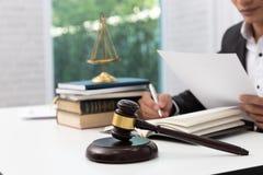 Conceitos da lei, do advogado e do homem de negócios trabalhando e discutindo papéis do contrato do negócio no escritório foto de stock
