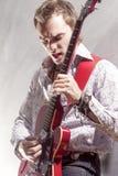 Conceitos da música O músico masculino profissional Performing com elege Fotos de Stock Royalty Free