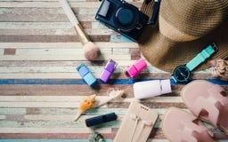 Conceitos das férias dos feriados da beleza e do curso na tabela de madeira A Imagens de Stock Royalty Free
