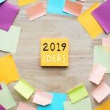 2019 conceitos das ideias com o papel para cartas colorido na tabela de madeira imagens de stock