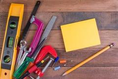 Conceitos de madeira do fundo das ferramentas de funcionamento com copyspace Fotos de Stock Royalty Free