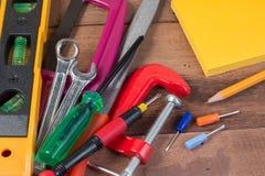 Conceitos de madeira do fundo das ferramentas de funcionamento com copyspace Imagem de Stock Royalty Free