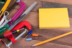 Conceitos de madeira do fundo das ferramentas de funcionamento com copyspace Fotografia de Stock