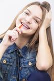 Conceitos dentais da saúde Retrato do adolescente caucasiano louro fotos de stock