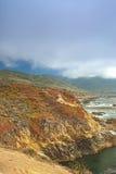 Conceitos do curso Vista surpreendente da linha costeira pacífica situada ao lado da estrada proeminente número 1 Imagem de Stock
