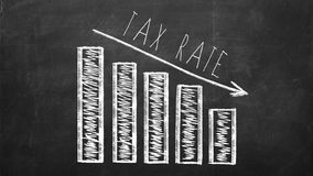 2018 conceitos do dinheiro de salvamento e do planeamento financeiro Diagrama com a seta que mostra a taxa de imposto de diminuiç fotografia de stock