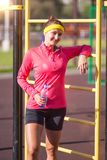 Conceitos do esporte, da aptidão e do exercício Atleta fêmea caucasiano de sorriso feliz no equipamento profissional que levanta  fotografia de stock royalty free