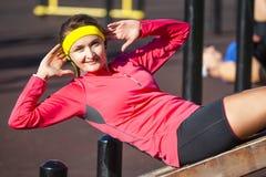 Conceitos do esporte Menina caucasiano positiva feliz no equipamento do esporte exterior foto de stock