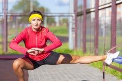 Conceitos do esporte Retrato do desportista caucasiano concentrado foto de stock royalty free