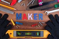 Conceitos do fabricante Ferramentas de funcionamento, grupo de ferramentas de funcionamento no fundo de madeira Foto de Stock Royalty Free