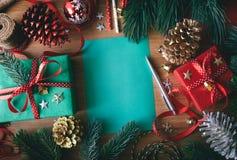 Conceitos do Feliz Natal com papel vazio do quadro para o cartão imagens de stock royalty free