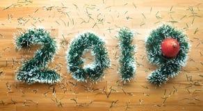 conceitos do Natal 2019 e do ano novo com a decoração do ramo do pinho em de madeira Ideia da celebração fotografia de stock