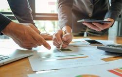 Conceitos do negócio, Clos-up duas mãos masculinas que mostram dados do gráfico com Fotos de Stock Royalty Free