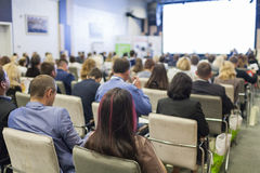 Conceitos do negócio Povos na conferência que escutam oradores dos anfitriões na fase Imagem de Stock