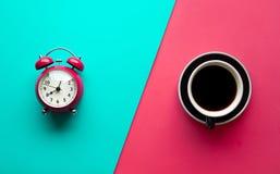 Conceitos do rafrescamento com copo de café e despertador imagem de stock