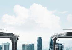 Conceitos do risco e do perigo por meio de ponte quebrada Foto de Stock Royalty Free