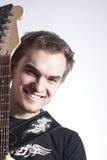 Conceitos e ideias da música Retrato do guitarrista masculino caucasiano que levanta com instrumento Fotografia de Stock Royalty Free