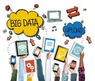 Conceitos grandes diversos dos dados dos dispositivos de terra arrendada das mãos imagem de stock