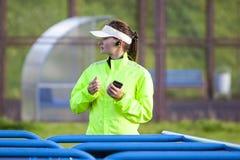 Conceitos movimentando-se e de corrida Retrato do corredor fêmea profissional fotografia de stock royalty free