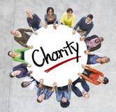 Conceitos Multi-étnicos do grupo de pessoas e da caridade fotos de stock