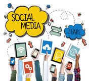 Conceitos sociais dos meios dos dispositivos de terra arrendada das mãos imagem de stock royalty free