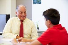 Concejal de la escuela de Talking To High del estudiante masculino Fotografía de archivo