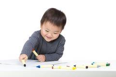 Concentré de bébé garçon de l'Asie sur le dessin images stock