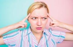 Concentr? d'essai de fille sur ses pens?es Le visage douloureux de femme souffrent la fin d'effort  La femme avec la migraine sou photos stock