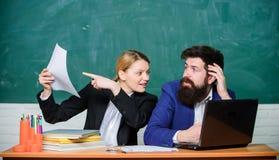 Concentr? sur l'?tude Professeur et ?tudiant sur l'examen les couples d'affaires emploient des documents d'ordinateur portable Ho image stock