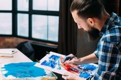 Concentración de la inspiración del tablero de la pintura del artista fotos de archivo libres de regalías