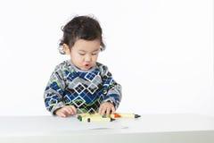 Concentrado del bebé de Asia en el dibujo Fotos de archivo libres de regalías