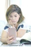 Concentrado en el teléfono móvil Imagenes de archivo