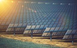 Concentrando a planta de energias solares fotografia de stock royalty free