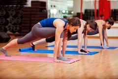 Concentrandosi durante la classe di yoga Immagini Stock