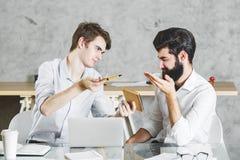 2 concentrared люд работая на проекте совместно Стоковые Фото