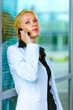 Concentrated business woman talking on mobile Royalty Free Stock Photography