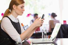 Concentrated businesswoman sending a text Royalty Free Stock Images