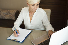 Concentrated businesswoman working on laptop Royalty Free Stock Photos