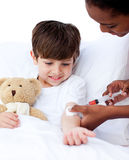 Concentrated doctor giving a child an injection Royalty Free Stock Photos