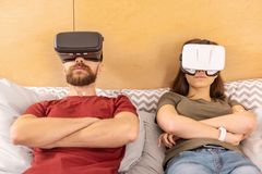 Concentrated fokuserade hållande ögonen på drama för par i VR arkivfoton