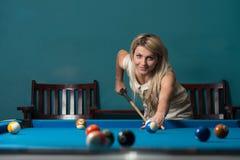 Concentrati delle giovani donne sul suo rottura Fotografia Stock