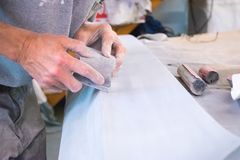 Concentratie op Detail in Automobielbody shop stock foto's