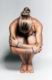 Concentratie van zittings sportieve vrouw op de vloer stock afbeeldingen
