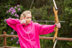 Concentrating blonde practicing archery Royalty Free Stock Photos