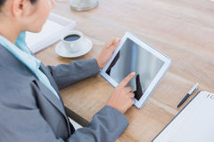 Concentrating businesswoman using a tablet Royalty Free Stock Photography