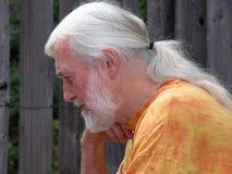 Concentration aînée aux cheveux longs de gris argenté Photos libres de droits