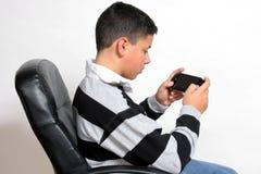 Concentration en jeu vidéo Photo stock