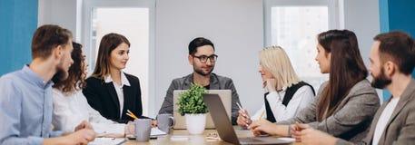 Concentrazione completa sul lavoro Colleghi lavoranti del gruppo corporativo che lavorano nell'ufficio moderno immagini stock